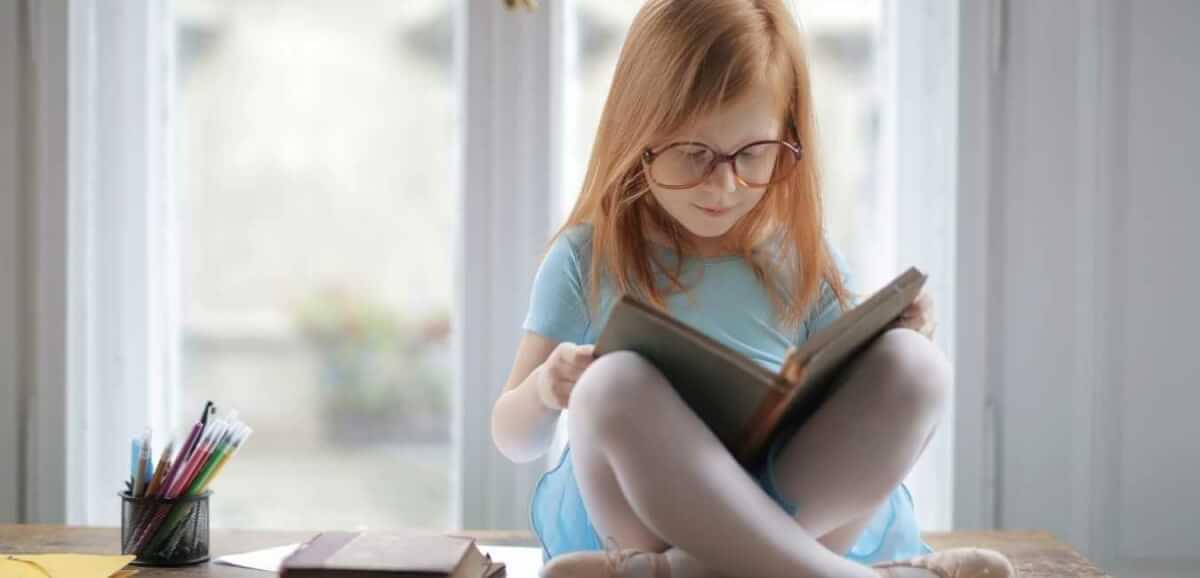 本を読む人 顔つき